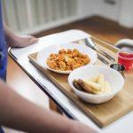 Zalety i wady cateringu w szkołach i szpitalach